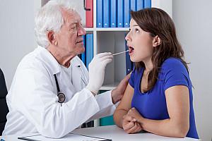 Kehlkopf-, Rachen- oder Mandelentzündung - Kratzen im Hals behandeln