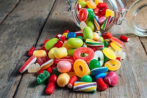 Karies: Süßes verursacht Löcher und Schmerzen