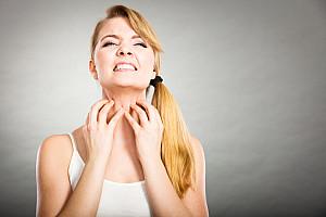 Kratzen im Hals - Ab wann es Sie kratzen sollte