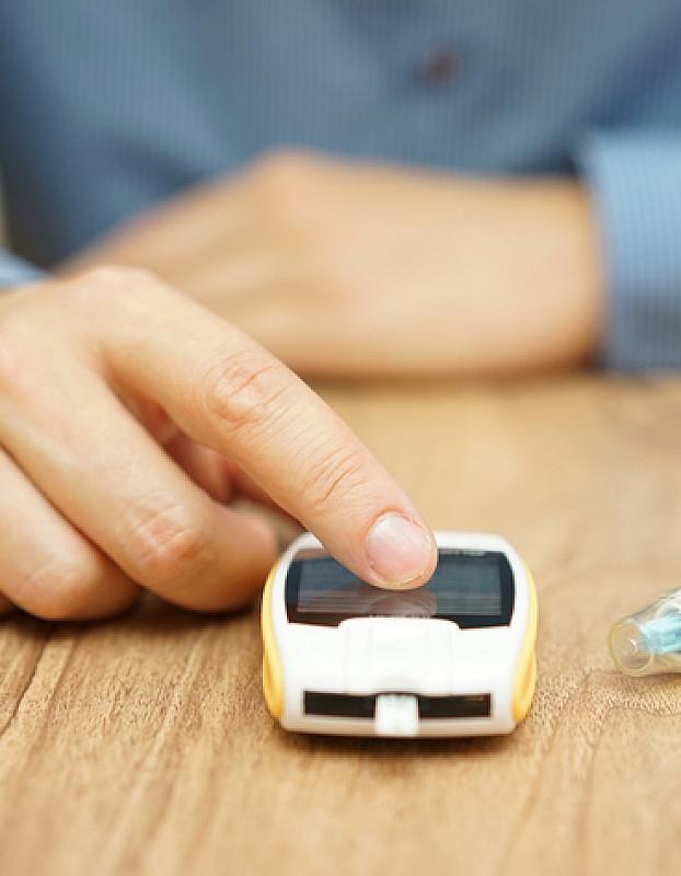blutzuckermessgerät und pen zum insulinspenden
