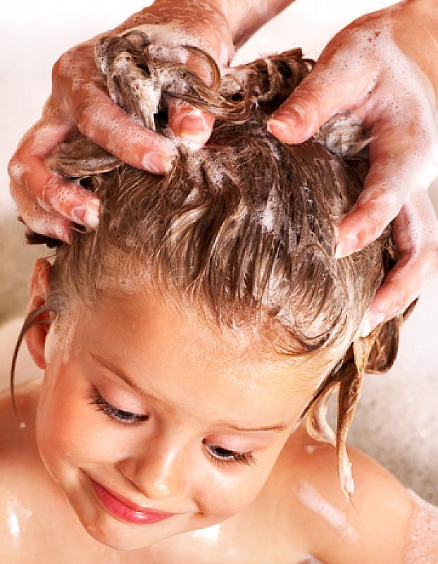 haare mit speziellem shampoo behandeln