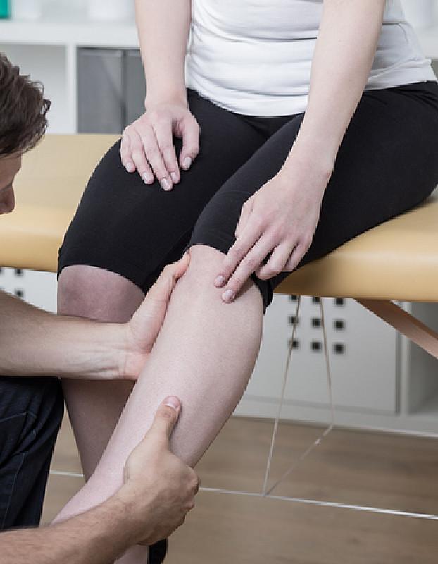 untersuchung durch arzt bei knieschmerzen