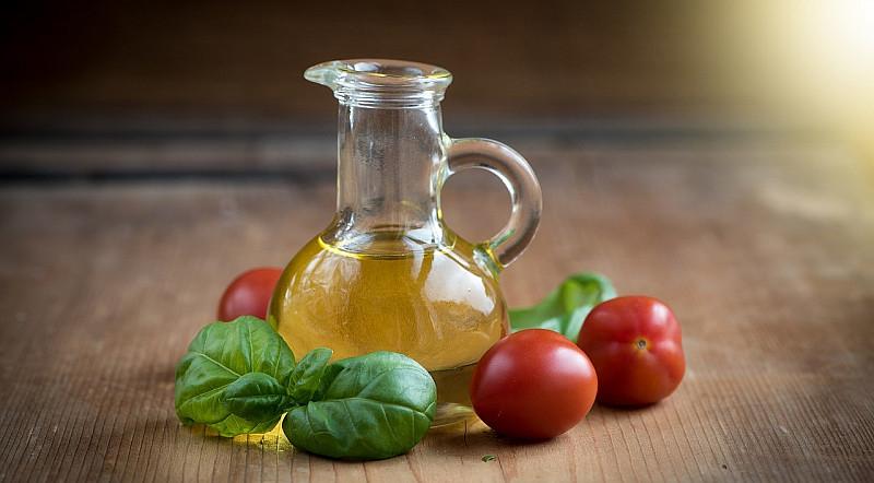 Das Hanfsamenöl als eine Zutat in Salaten.