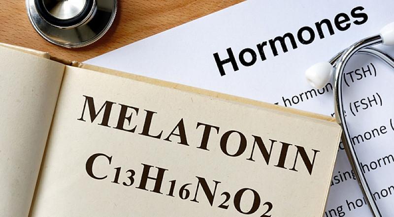 Melatonin als Schlafmittel: Helfen rezeptfreie Tabletten, Kapseln, Sprays und Schlafdrinks gegen Schlafstörungen