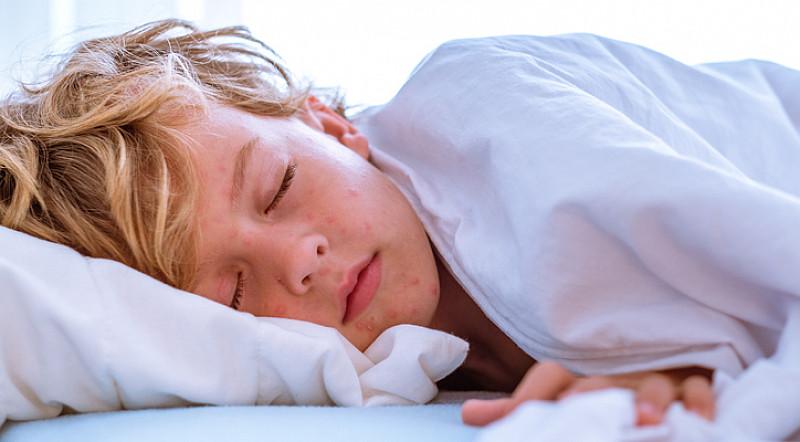 schmerzen und fieber quälen Kinder bei Ohrentzündung